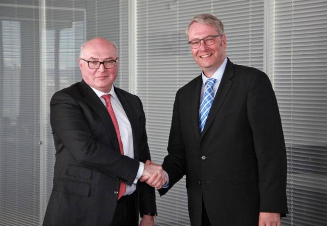Pressebild: Strategische Partner: Faurecia-CEO Patrick Koller und ZF-CEO Dr. Stefan Sommer.