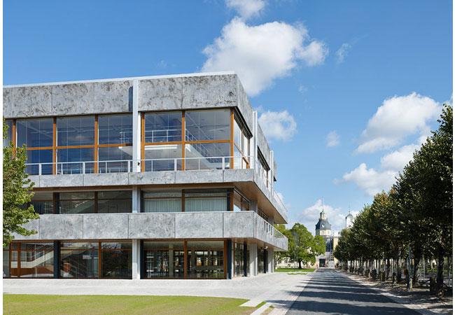 Bild: Sitzungssaalgebäude mit Schloss im Hintergrund Sitzungssaalgebäude (57171)Quelle: © Bundesverfassungsgericht │ bild_raum stephan baumann, Karlsruhe