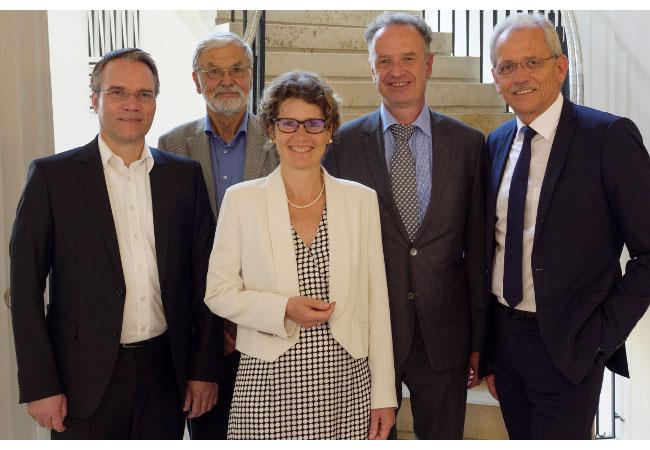 Pressebild: Die neue ABO Wind-Aufsichtsrätin Eveline Lemke umrahmt von ihren Kollegen (von links) Josef Werum, Dr. Joachim Nitsch, Jörg Lukowsky (Vorsitzender) und Norbert Breidenbach