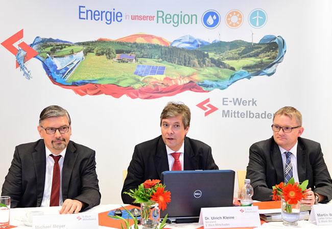 Pressebild: Von links: Michael Meyer, Leiter Energiewirtschaft, Dr. Ulrich Kleine, Vorstand E-Werk Mittelbaden, und Martin Wenz, Leiter Unternehmenssteuerung