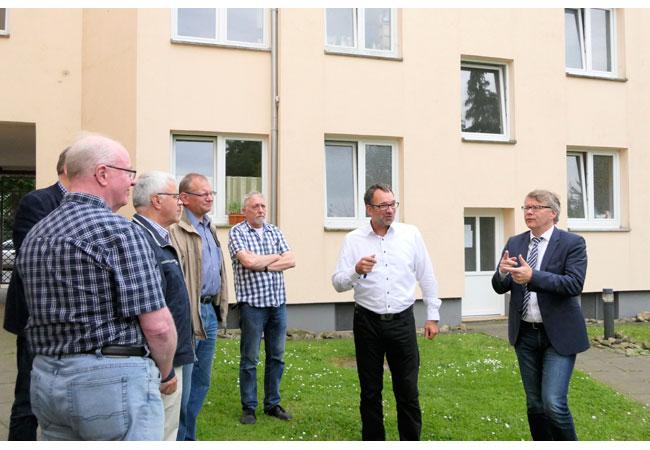 Bildunterschrift: Michael Kohnagel und Andreas Mundt (beide Vorstand FAB, v.l.n.r.) präsentierten auf eine unterhaltsame Art den Exkursionsmitgliedern die energetischen Klimaschutzmaßnahmen in der Schulze-Delitzsch-Straße.