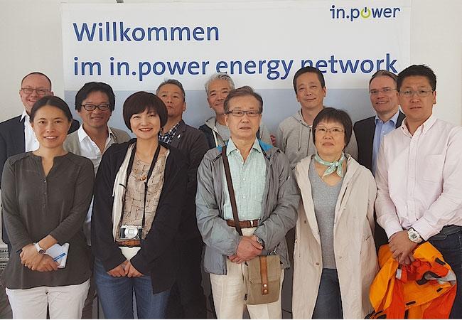 Pressefoto: Josef Werum (2. v.r.) und Matthias Roth (links) informieren Kaori Takigawa-Wassmann (2. v.l.) und die japanische Delegation zu Themen der Energiewirtschaft in Deutschland.