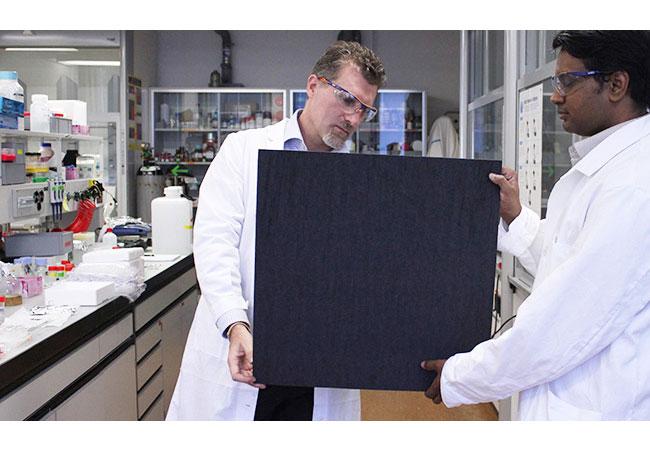 Sreenath Bolisetty und ETH-Professor Raffaele Mezzenga (l.) begutachten eine Probe ihrer Filtermembran. / Bild: Mezzenga Lab / ETH Zürich