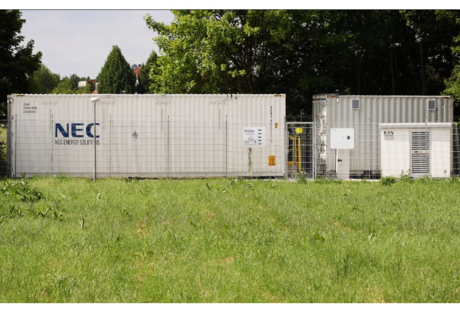 Pressebild: Auf dem Campus der TU in Garching wurde nun Bayerns erster Regelenergiespeicher feierlich in Betrieb genommen.