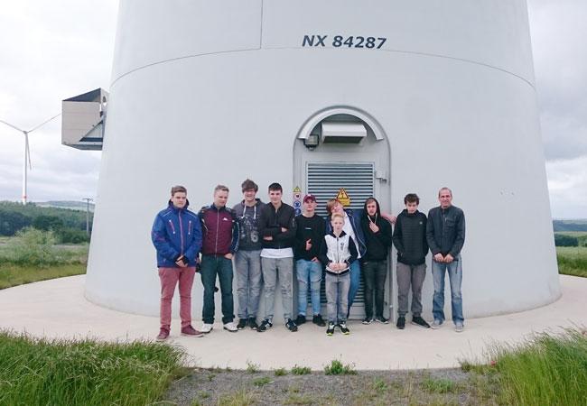 ABO Wind besichtigte gemeinsam mit acht Schülern und zwei Lehrern der UNESCO-Projektschule in Mayen den Windpark Mörsdorf im Hunsrück sowie die Hängeseilbrücke Geierlay. Auch in Mayen plant das Unternehmen gemeinsam mit der der Energiegenossenschaft Neue Energie Bendorf eG einen Windpark mit drei Anlagen. / Pressebild