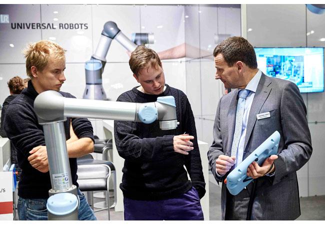 Bildtext: Der dänische Roboterhersteller Universal Robots gehört zu den Pionieren der Entwicklung der Leichtbau Roboter und Cobots und ist auf der hi wieder mit Produktneuheiten vertreten. (Foto: MCH Messecenter Herning)