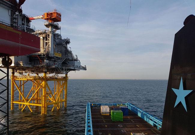"""Foto: Das Versorgungsschiff """"BLUE BETRIA"""" erreicht den Windpark Galloper. Bildquelle: Rhenus Offshore Logistics GmbH & Co. KG."""