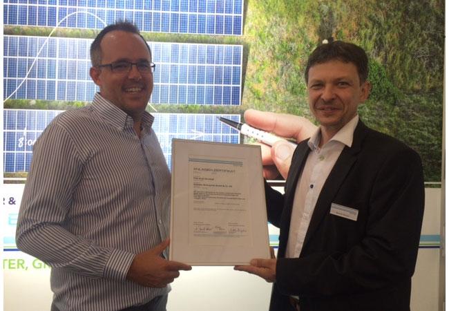 Pressefoto: (von links nach rechts) Thorsten Oehme, Geschäftsführer der Solar WO Engineering GmbH, erhält das Anlagen-Zertifikat für den Solarpark Salzwedel von Bernd Hinzer, Leiter der Zertifizierung von Netzanschlussbedingungen bei DNV GL.
