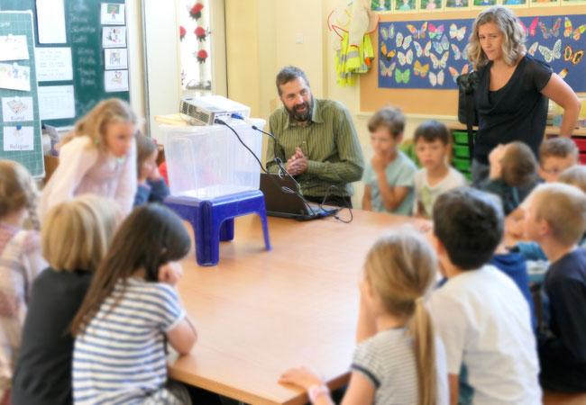 Bildunterschrift: Henning Brüggemann (Bürgermeister und Klimapakt-Vorsitzender) unterrichtete – mit Unterstützung der Klassenlehrerin Svenja Reiß – die engagierte Klasse E6 der Falkenbergschule zum Thema Klimaschutz.