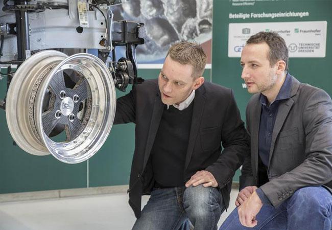 Alexander Hackert (l.) und Tristan Timmel mit dem neuen Leichtbaurad. / Pressebild: Foto: Rico Welzel