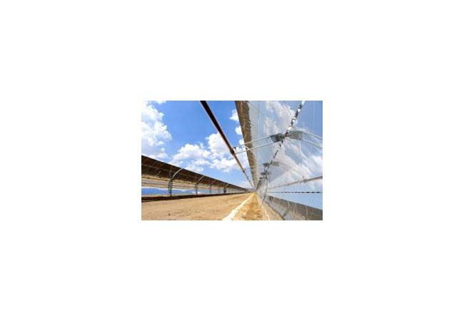 CSP-basierte Solarthermiekraftwerke – CSP steht für concentrated solar power – bündeln mittels verspiegelter Parabolrinnenkollektoren das einfallende Sonnenlicht und erhitzen auf diese Weise das in einer Vakuumröhre fließende Wärmeträgeröl. Gemäß einer vor kurzem unterzeichneten Vereinbarung wird die Münchner Wacker Chemie AG in China den Solaranlagenhersteller Royal Tech CSP Limited mit einem neu entwickelten Siliconöl der Marke HELISOL® exklusiv beliefern. Royal Tech ist einer der größten chinesischen Projekt- und Komponentenentwickler von hocheffizienten CSP-basierten Solaranlagen. (Photo mit freundlicher Genehmigung von Royal Tech)