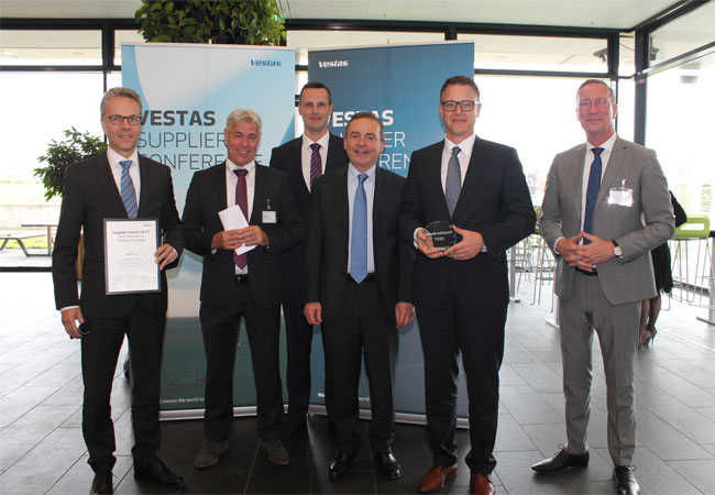 "Pressebild: Schaeffler wird zum zweiten Mal in Folge als ""Best Support to Profitable Growth"" von Vestas ausgezeichnet. Von links: Dr. Stefan Spindler, Vorstand Industrie Schaeffler Gruppe, Albie van Buel, Group Senior Vice President, Global Sourcing (Vestas), Thomas Borup, Vice President Powertrain & Nacelles, Global Procurement (Vestas), Jean Marc Lechene, Executive Vice President & COO (Vestas), Bernd Endres, Vice President Global Key Account Management Industrial, Nils de Baar, Group Senior Vice President, Sales Business Unit Central Europe (Vestas). (Foto: Vestas) / © 2017 Schaeffler AG"