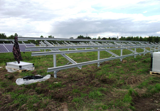 Pressebild: Baubeginn_Photovoltaik für Nadeshda_Erster Modultisch ist montiert