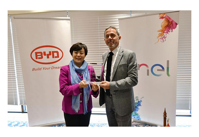 Pressebild: Stella Li, BYD's Senior Vice President and Nicola Cotugno, CEO of Enel Chile