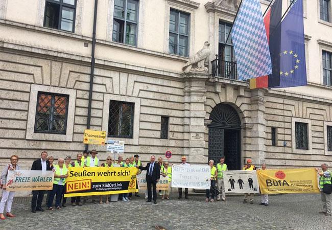 Presse-Foto: Hubert Aiwangers bei der Demonstration vor dem Bayerischen Wirtschaftsministerium mit Bürgerinitiativen