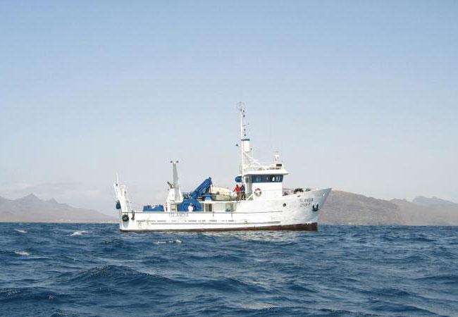 Pressebild: Mit dem Forschungsschiff ISLANDIA des kapverdischen Instituto Nacional de Desenvolvimento das Pescas (INDP) konnte ein sauerstoffarmer Wirbel direkt beprobt werden. / Foto: Björn Fiedler, GEOMAR