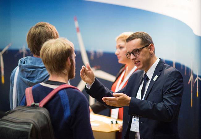 Foto: Windcareer Bildunterschrift: Frischer Wind für die Zukunft: Auf der Jobmesse Windcareer kommen Unternehmen und Nachwuchskräfte zusammen. Bildnachweis: HUSUM Wind