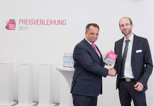 Pressebildf: Dr. Stefan Girschik, stellvertretender Geschäftsführer der REHAU Gruppe, überreicht den REHAU Preis Technik an Dr.-Ing. Manuel Kempf (v.l.). Foto: © Käthy Braun.