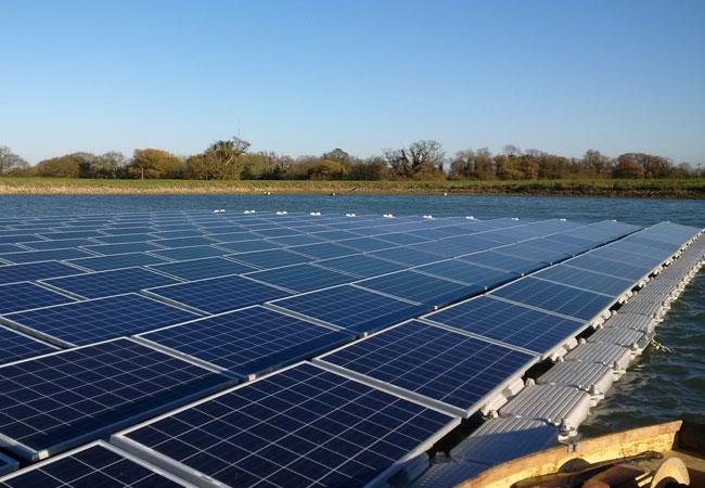 Pressebild: schwimmende Solaranlage