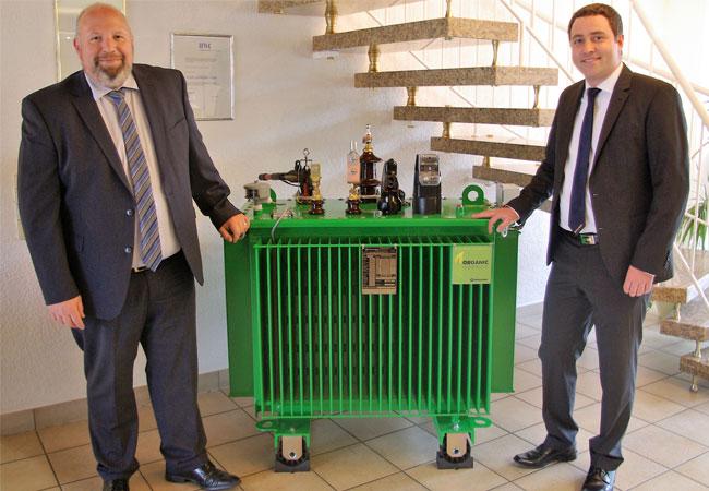 Bildunterschrift: Axel Eimers (links), Geschäftsführer der Elektrotechnik Eimers GmbH, und Arndt Spaan, Vertriebsmitarbeiter bei Ormazabal, kooperieren u. a. im Bereich Transformatoren. Foto: Ormazabal