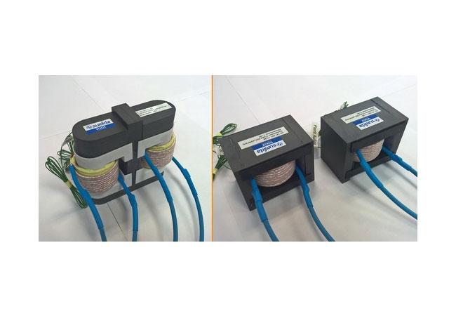 Die im Forschungsprojekt PV-LEO entwickelte interleaved Drossel (links im Bild) hat gegenüber zwei konventionellen Drosseln (rechts) erhebliche Vorteile: Das Volumen konnte um 28 Prozent, das Gewicht um 17,5 Prozent reduziert werden.