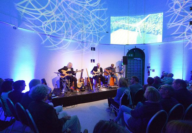 Akustisch und optisch ungewöhnlich: Das Acoustic Guitar Night Trio verzauberte die 3 mal 80 Besucher bei Konzerten in einer funktionsfähigen Windkraftanlage des Betreibers WestfalenWIND / © 2017 Wilfried Hiegemann- fotoideen.com - Münster + Paderborn