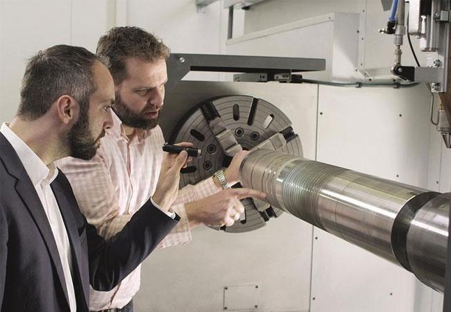 Teamarbeit: Engineering-Manager Andres Veldman von IHC Vremac Cylinders B.V. und Wissenschaftler Thomas Schopphoven leisten Pionierarbeit. / © Fraunhofer-Gesellschaft, München.