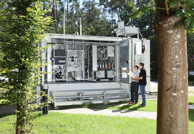 Mitarbeiter des LZE-Projekts diskutieren den kompakten verfahrenstechnischen Aufbau des innovativen Energiespeichersystems. / © 2017 Kurt Fuchs / Fraunhofer IISB
