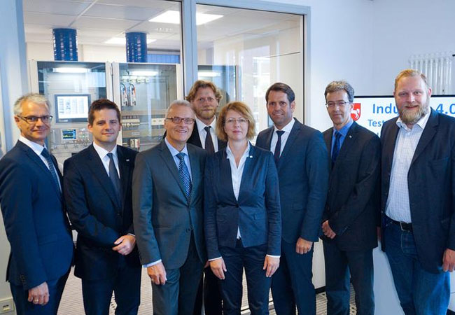 Pressebild: vrnl: Ulf Prange (MdL/SPD), Dr. Oppenheimer (OFFIS), Minister Lies, Prof. Boll, Prof. Hein, Prof. Nebel und Prof. Lehnhoff (alle Vorstand OFFIS) sowie Dr. Peinemann (Geschäftsführer OFFIS)