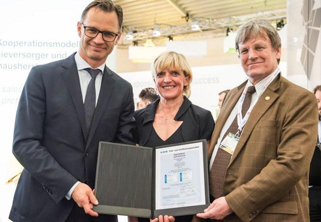 Bild (von links): Matthias Taft, Energievorstand der BayWa AG nimmt von Dr. Beate Mand (Vorstand des VDE) und Prof. Dr. Eicke R. Weber (Leiter des Fraunhofer-Instituts für Solare Energiesysteme ISE) auf der Intersolar Europe 2016 am BayWa r.e.-Stand das VDE-Zertifikat zur Errichtung standardisierter PV-Kraftwerke entgegen. Copyright: BayWa r.e.