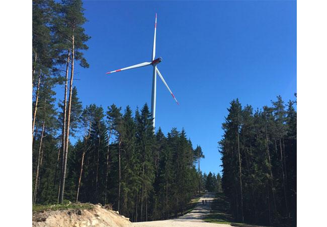 BayWa r.e. verkauft Windpark an Energiegenossenschaft Neue Energien West eG in Bayern / Pressebild