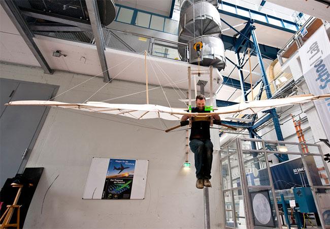Der Nachbau des ersten Serienflugzeuges der Welt von Otto Lilienthal hat seinen Test im Windkanal bestanden. / Pressebild: DLR