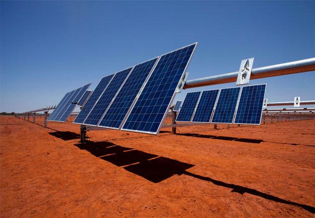 Auf mehr als 20 Hektar Fläche wandeln rund 34.000 Solarmodule die Kraft der Sonne in klimafreundlichen Solarstrom um. Dadurch reduziert sich der jährliche Dieselverbrauch des Bergwerks um fünf Millionen Liter. / DeGrussa.jpg