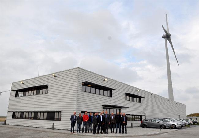 Bildunterschrift: Die neue Offshore Base der Ems Maritime Offshore in Eemshaven ist fertig gestellt, das freut Vertreter der Firmen Siemens, Kooi aus Appingedam, Westerdijk, Ingenieurbüro Bröggelhoff sowie Borkumlijn und Ems Maritime Offshore.