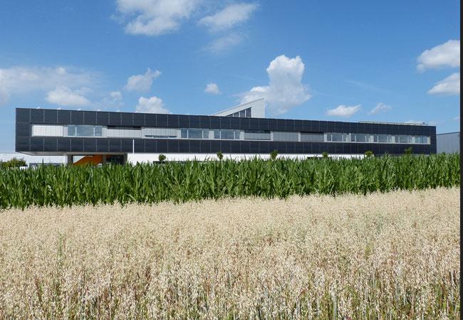 """Seitenansicht der stromautarken """"EnergieFabrik (EnFa)"""" der Firma Widmann in Neuenstadt (Foto: Widmann Energietechnik GmbH)"""