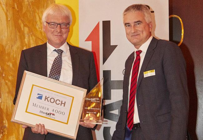 Von links: Jürgen Welker, Bereichsleiter Automatisierung und Service bei der KOCH Pac-Systeme GmbH, und Martin Rostan, Executive Director der EtherCAT Technology Group / Pressebild