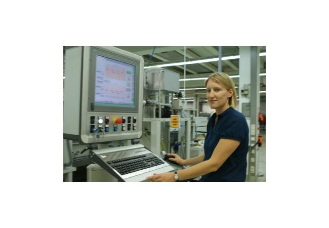 Das J. v. G. DESERT Modul / die DESERT Technologie wird nach der Entwicklung der Laminierung, der Zelle und der Optimierung der Anschlussdose nun auch im Bereich Glas weiterentwickelt. / Pressebild