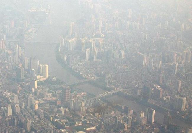 Das neue Modell liefert eine quantitative Grundlage, um die Bedeutung von Luftschadstoffen wie in der chinesischen Megastadt Guangzhou, hier während eines Smogs, zu bewerten. / Pressebild: Ulrich Pöschl, MPI für Chemie