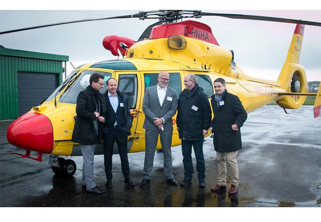 Bildzeile: Helikopterflüge ergänzen die logistischen Dienstleistungen für Offshore-Windparks. Die Firma Northern HeliCopter (links Dr. Rüdiger Franz, ärztlicher Leiter, Mitte Frank Zabell, Geschäftsführer) berichtete von Rettungs- und Versorgungsflügen. Die Firma WINDEA Offshore (2. von links: Caspar Spreter) bietet Schiffslogistik für die Offshore-Branche an. Rechts Volker Köhne und Martin Kopp vom Windenergie-Branchenverein windcomm schleswig-holstein e. V. Foto: windcomm/ D. Jensen