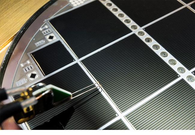 Gebondete III-V/Si Mehrfachsolarzelle mit 30,2 Prozent Wirkungsgrad. ©Fraunhofer ISE/A. Wekkeli