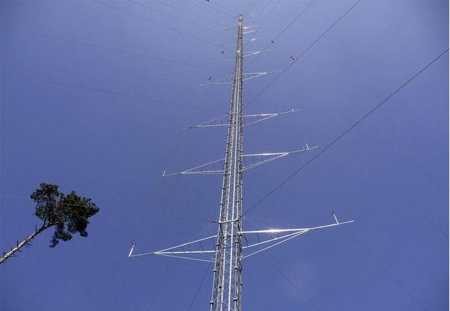 Der Messmast Rödeser Berg ist 200 m hoch und mit mehr als 40 Instrumenten bestückt. / Pressebild: © Fraunhofer IWES
