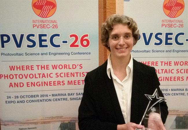 """Ihr Vortrag war spitze: Martina Schmid erhielt einen """"Best Oral Presentation Award"""" auf der PVSEC-26 in Singapur."""