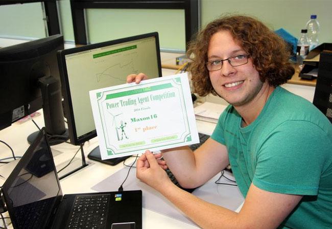 Tobias Urban (28) von der Westfälischen Hochschule siegte gemeinsam mit zwei Professoren bei einem internationalen Wettbewerb Stromnetz-Agenten-Wettbewerb. / Foto: WH/BL