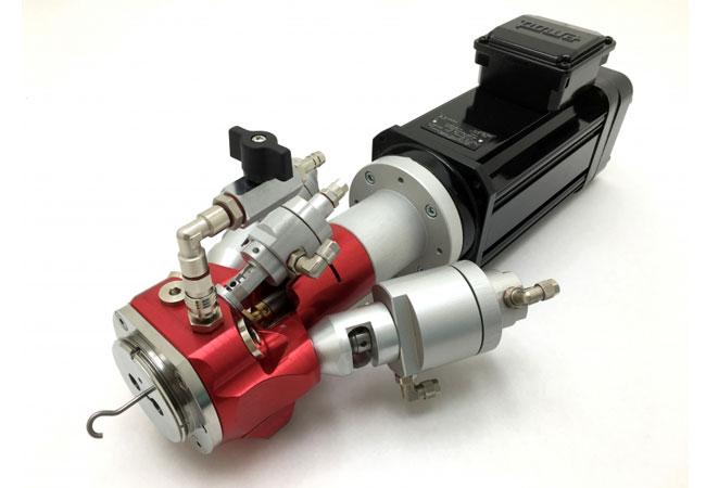 Neuer Tartler-Mischkopf LC7 (mit Antriebsmotor): Dieser für den elektrischen und pneumatischen Antrieb ausgelegte 3K-Mischkopf erhielt im Rahmen des Re-Designs unter anderem Anschlüsse mit größeren Querschnitten und zwecks Automation und Prozessanbindung vorbereitete Verbindungen für Sensorik und Heizpatrone.