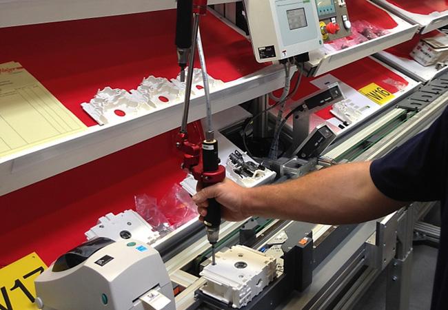 Der Werkzeugarm nimmt Schwingungen, Reaktionsmomente und das Gewicht des Werkzeugs komplett auf. Dadurch werden Arm, Handgelenk und Schulter des montierenden Mitarbeiters deutlich entlastet. (Bild: Desoutter)