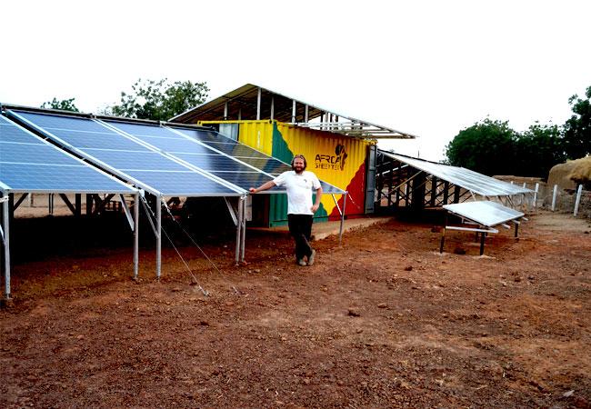 (Bildquelle: Africa Green Tec) Der Solarcontainer von Africa Green Tec beinhaltet eine 37 bis 45 kWp-Photovoltaikanlage und einen Batteriespeicher von Tesvolt