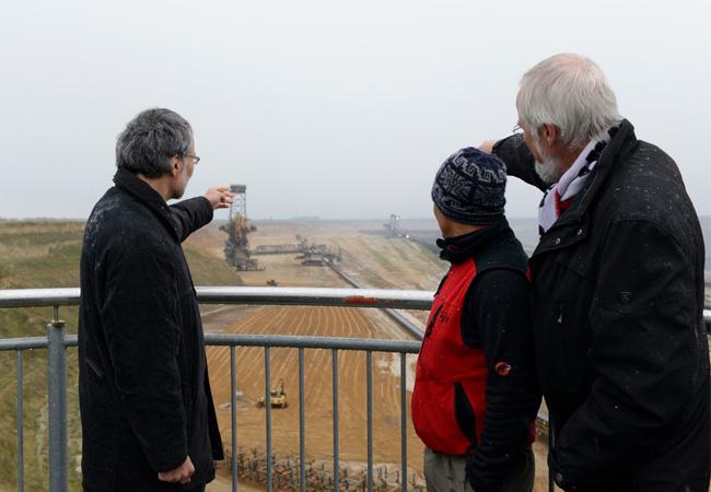 Christoph Bals und Klaus Milke mit Saúl Luciano am Braunkohletagebau Garzweiler, 24.11.2015 (Foto: Germanwatch/Hubert Perschke