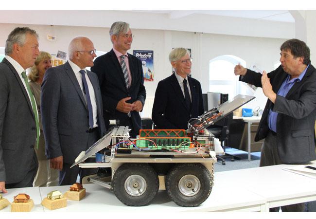 Pressebild: Prof. Dr. Arno Ruckelshausen (rechts) führte die zahlreichen Gäste während der Veranstaltung auch durch die Laborräume auf dem Campus Westerberg.
