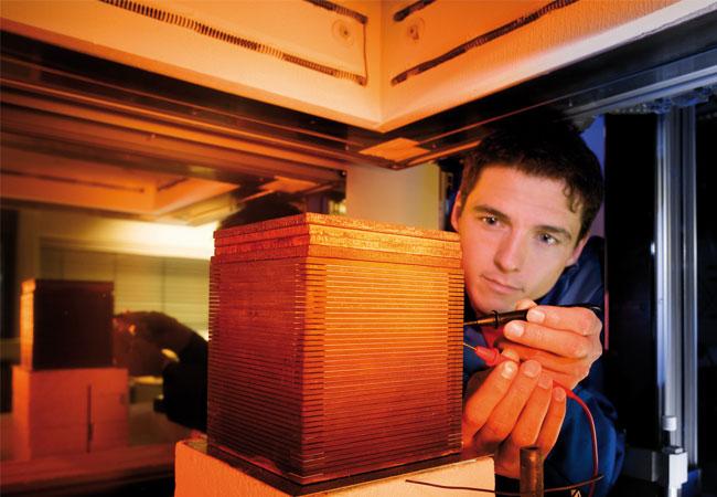 Ein Entwickler misst einen Stack durch. (© Fraunhofer IKTS)