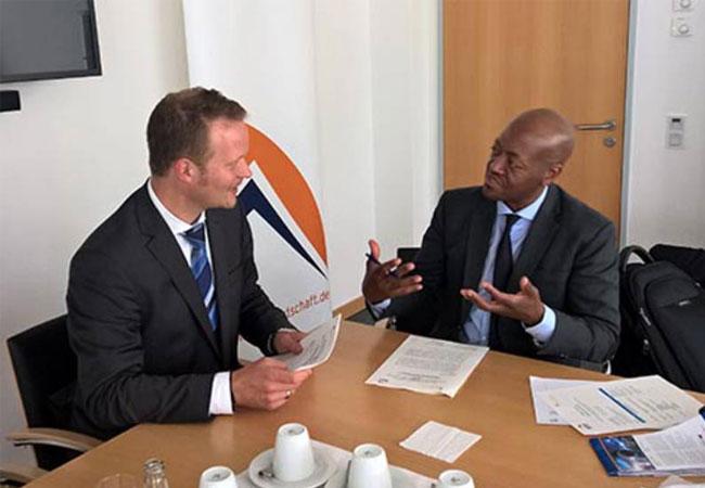 Gespräch und Vertragsunterzeichnung mit dem südafrikanischen Verband, im Bild: BSW-GF Mayer und SAPVIA-CEO Thobela.